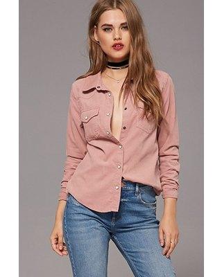 rosa sladdknapp ovanför skjortchoker
