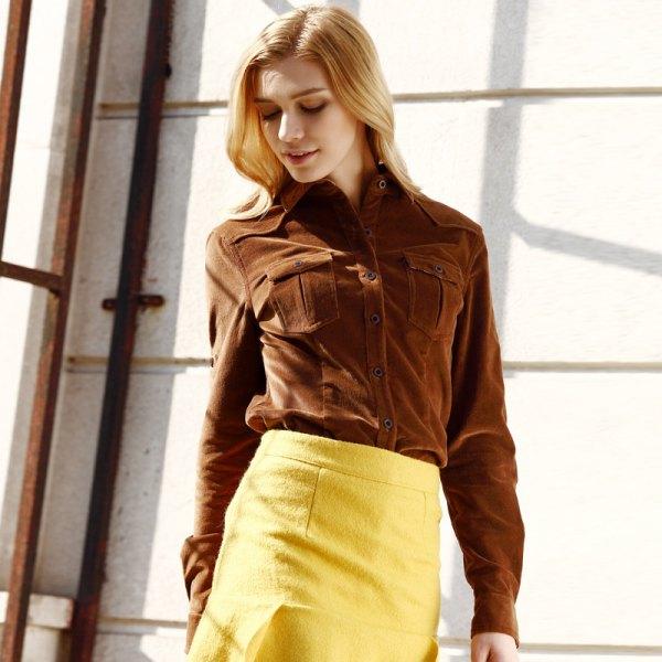 brun corduroyskjorta, gul ullkropp, figurkramande minikjol