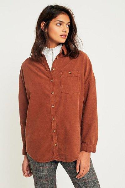 brun skjorta över vit mock neck tröja