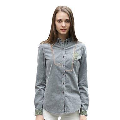 grå broderad skjorta vita jeans
