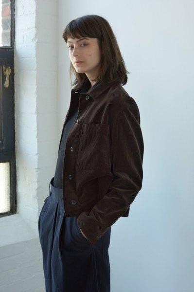svart skjorta, mörkblå byxor med vida ben