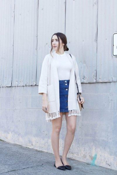 vit kofta med fransar och blå minikjol