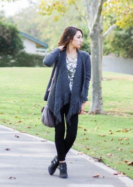 Kofta med lila fransar och svarta skinny jeans