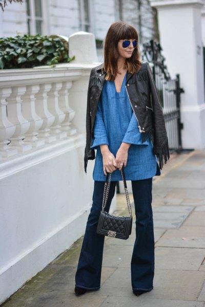 blå tunika med V-ringning med svart skinnjacka och utsvängda jeans