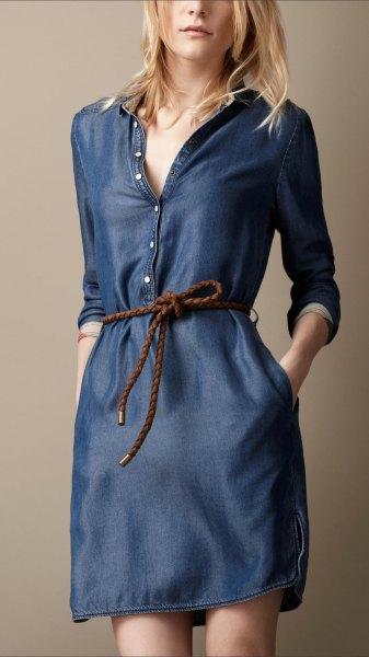mörkblå långärmad tunika med knäppning framtill och otvättad denim