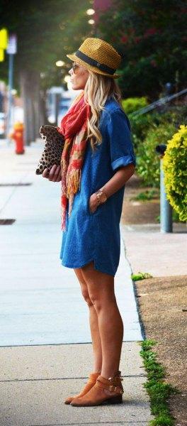 Stråhatt med blå denimklänning och korta mockaskor