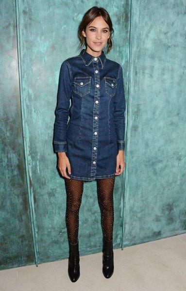 mörkblå denimklänning med långa ärmar och knappar