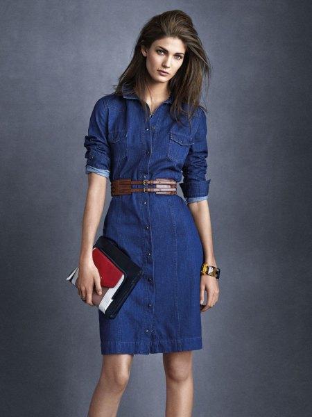 mörkblå mini-denimklänning med bälte och svart och brun koppling