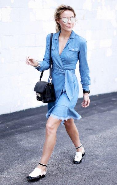 långärmad blå klänning med midjeband och vitt och svart läder