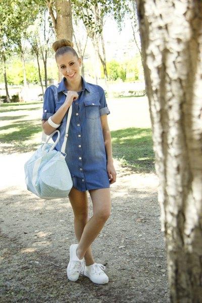 blå denimklänning med ärmslut och vita sneakers