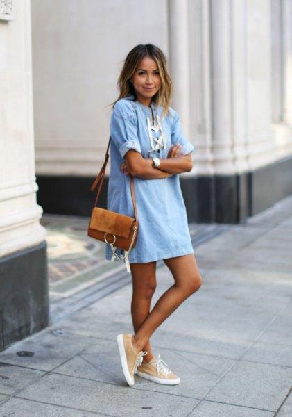 ljusblå och vit mini-shift-denimklänning med brun mockaficka