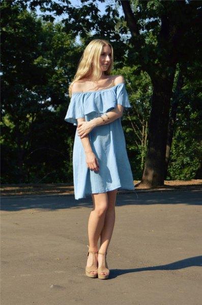 Off-the-shoulder ljusblå mini-shift-jeansklänning med sandaler