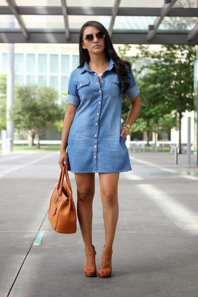 ljusblå denimklänning med handväska i brunt läder