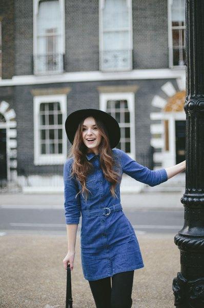 långärmad tunika-denimklänning med blå midja och svarta leggings