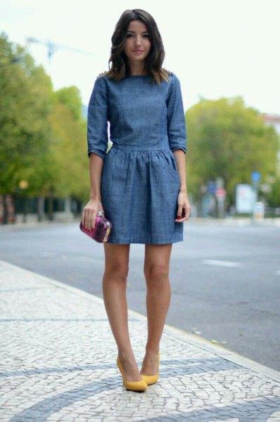 mörkblå mini-denimklänning med samlad midja och senapsklack