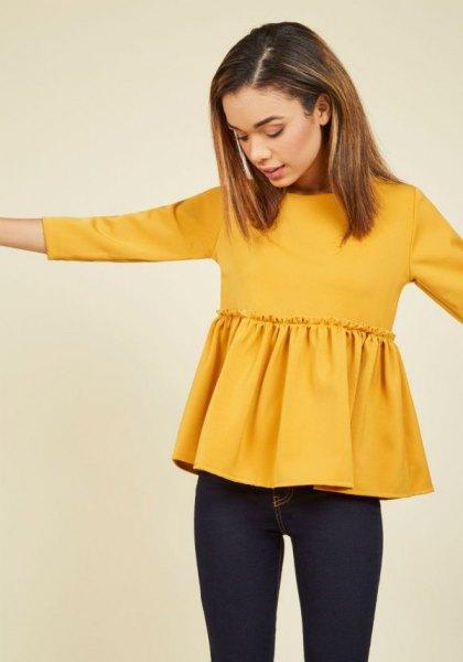 gul peplumblus med mörkblå skinny jeans