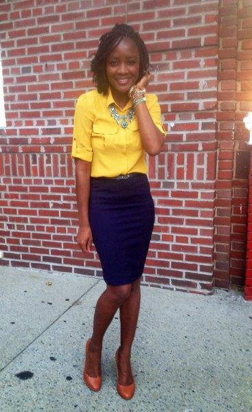 Skjorta med knappar och halva ärmar med ett uttalande kedja och blyerts kjol