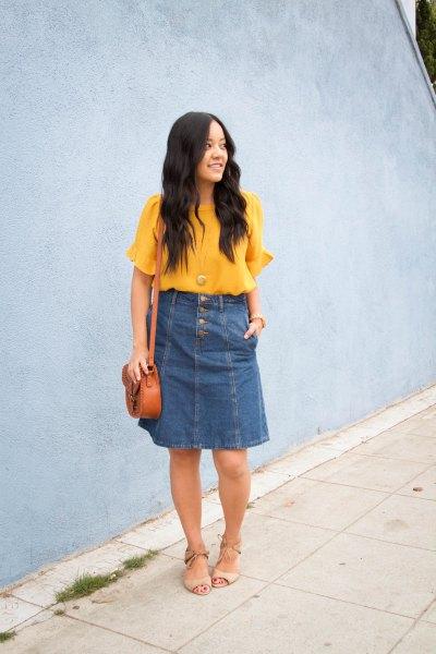 gul chiffongblus med korta ärmar och blå knälång denim kjol