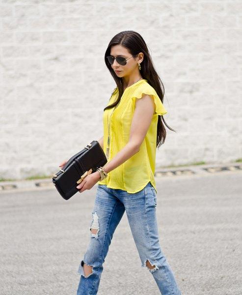 gul blus med kepsärmar och blå pojkvänjeans