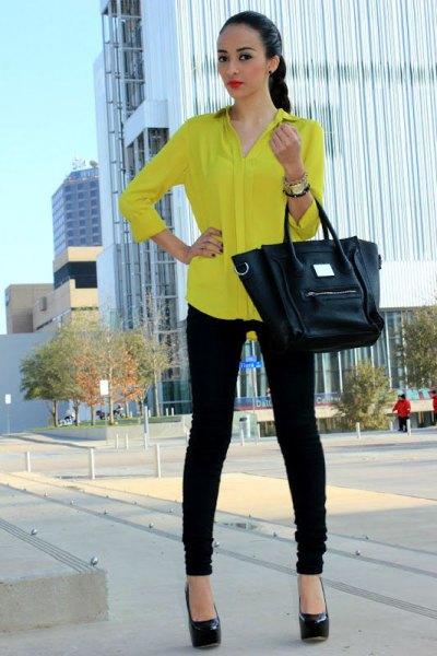 långärmad gul skjorta med knappar och svarta skinny jeans