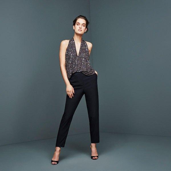 silver paljettblus med V-ringning och svarta skinny jeans