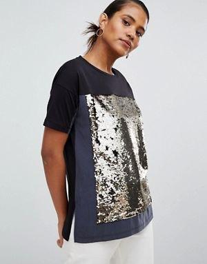 svart och silver glittrande färgblock-t-shirt med vita jeans
