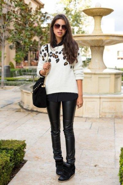 vit grafisk tröja med svart läder damask