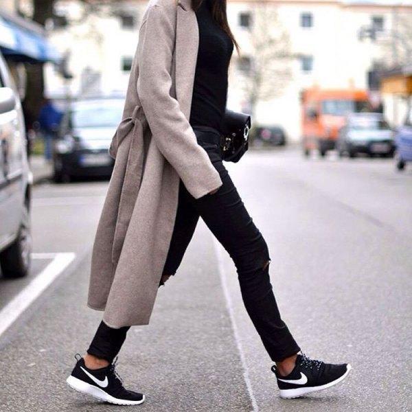 grå långfodrad kappa med svartbelagda skinny jeans