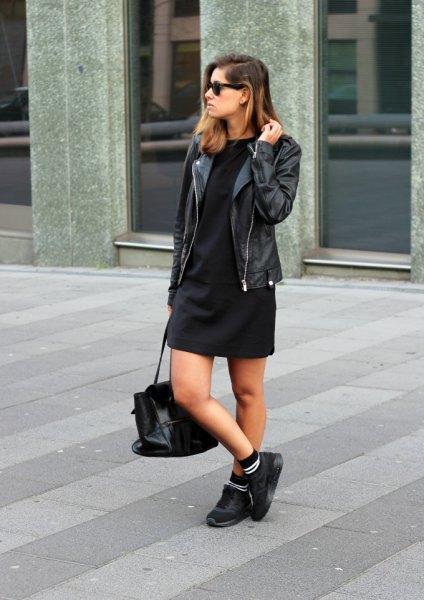 svart skift miniklänning med motojacka och vandringskängor