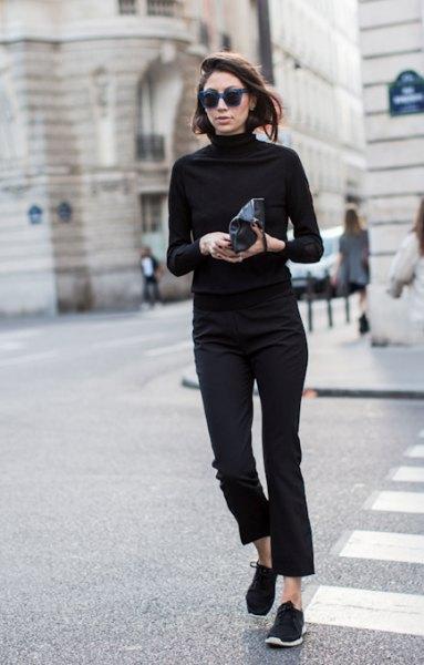 svart mock Neck tröja med beskurna slim fit jeans och vandring stövlar