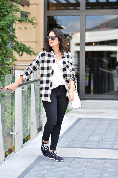 rutig pojkvänströja med smala jeans och svarta vandringskängor