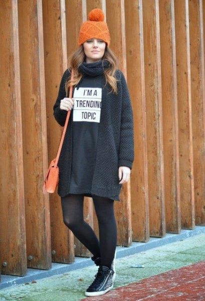 svart sweatshirtklänning med strumpor och vandringskängor