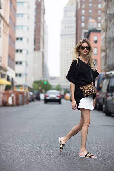 Guldsandaler med svart t-shirt och vit kjol