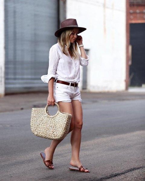 vit linne skjorta jean shorts svarta sandaler