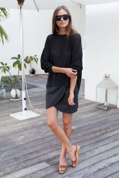 Naken plattform sandaler svart tröja wrap kjol