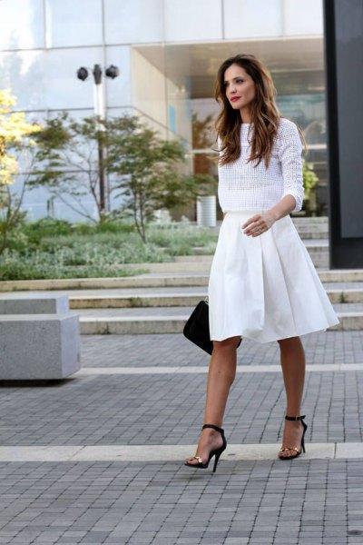 knälång veckad kjol av vit meshtröja