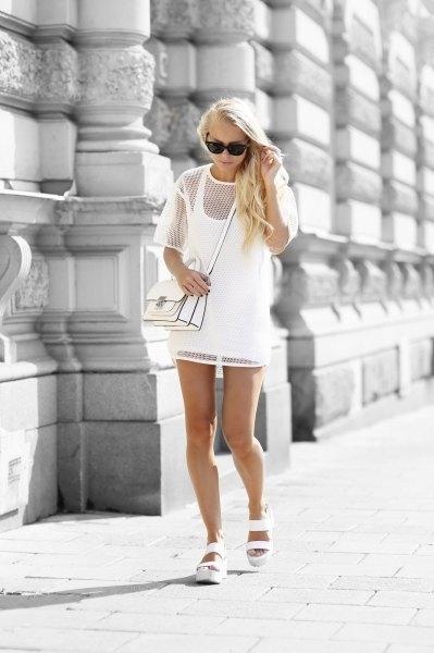 vit, överdimensionerad mesh-topp över miniklänningen