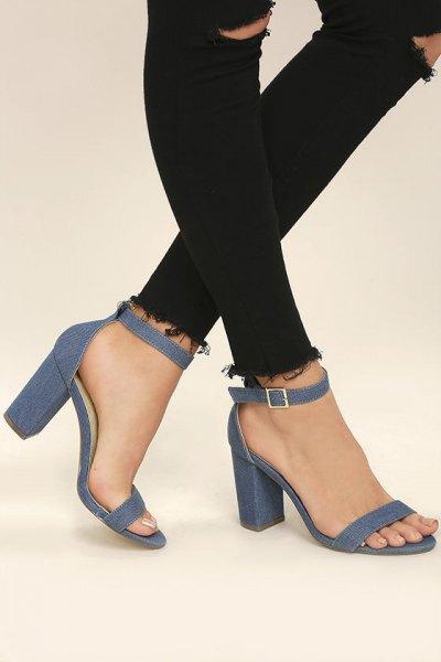 svarta skinny jeans och vit blus