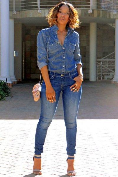 Chambray-skjorta med jeans och jeans med öppen tå och ankelband