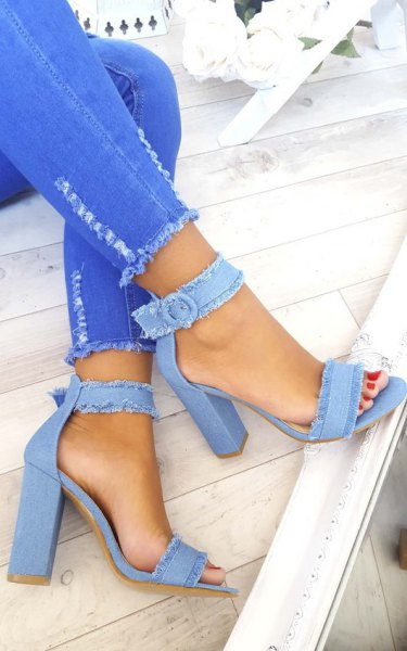 ljusblå skinny jeans med vit blus och ljusblå jeansklack