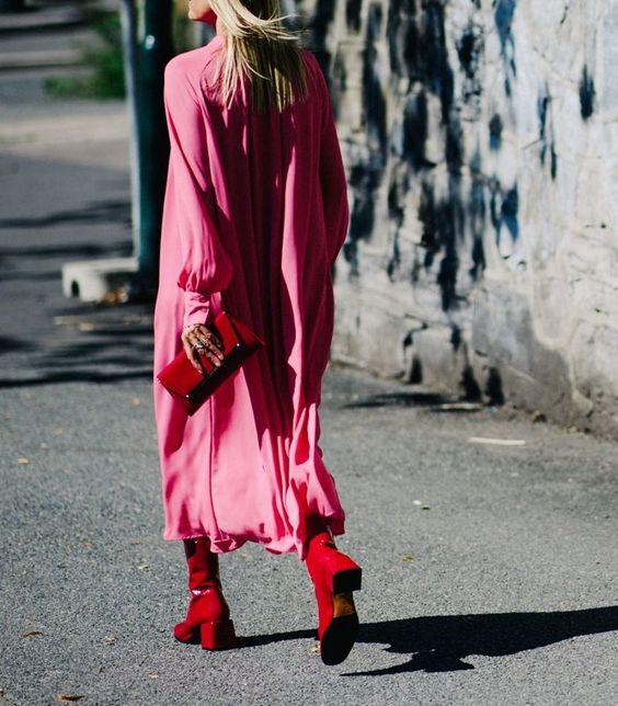 rosa satängklänning röda stövlar