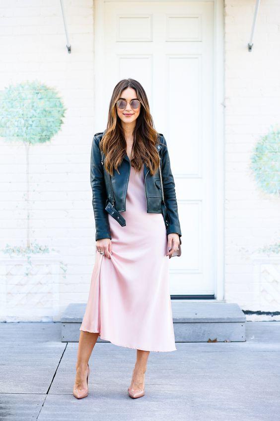 läderjacka i rosa satängklänning