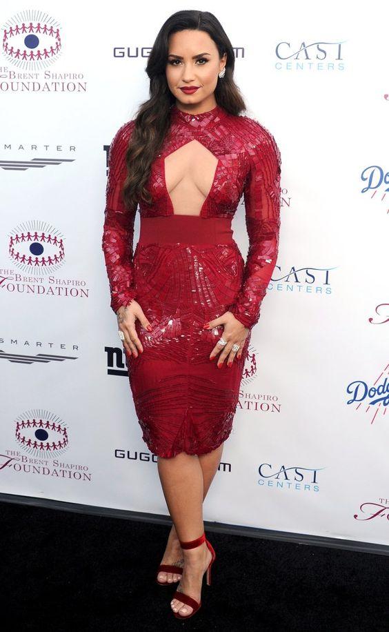 klipp ut röd paljettklänning