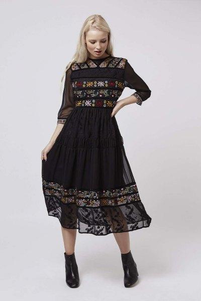 svart midiklänning med trekvartärmar broderade med chiffong