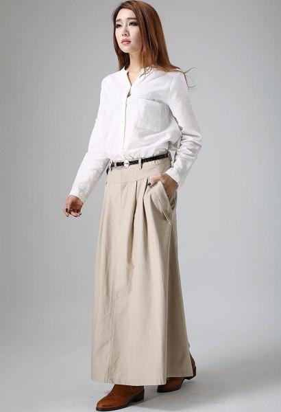 vit skjorta med skjorta och beige maxi khaki kjol