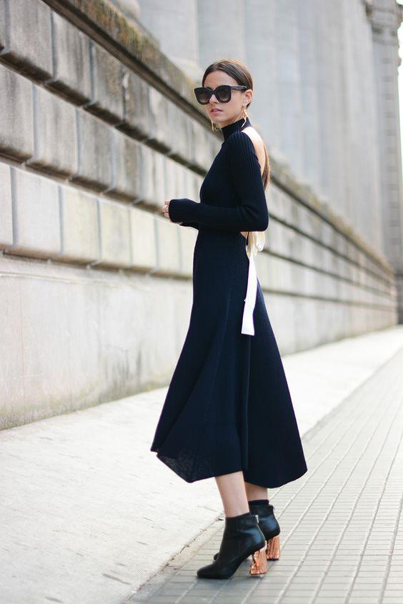 svart stickad klänning med öppen rygg