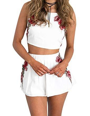 vit crop top med matchande flödande blommiga minishorts