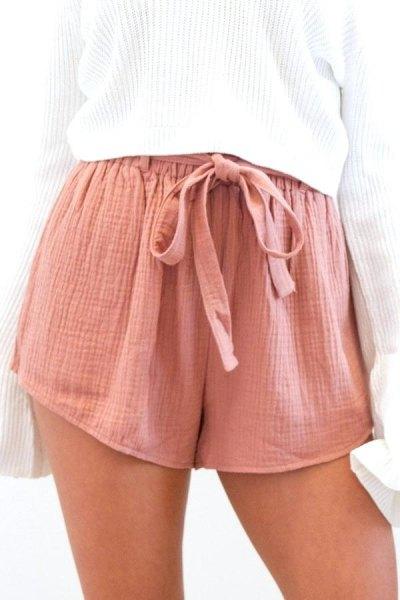 vit ribbad överdimensionerad stickad tröja med rosa slips mini chiffongshorts med resår i midjan