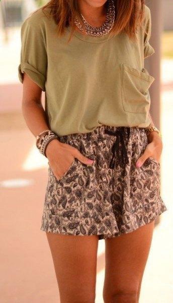 grå t-shirt framficka med tribal tryckta mini shorts med elastisk midja
