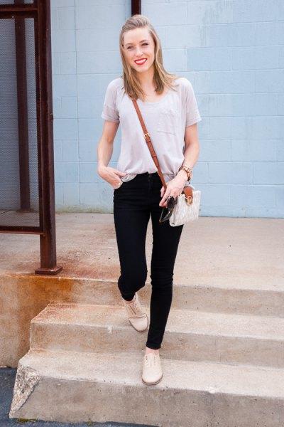 Ljusgrå t-shirt med halsringning, svarta skinny jeans och ljusgula stövlar